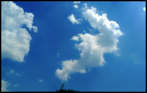 天很蓝,云很白